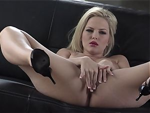 Alexis Texas luvs thumping her fingers in and out of her slippery cooter