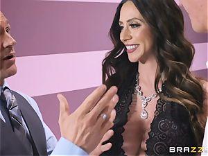 Ariella Ferrera has a red-hot massage planned